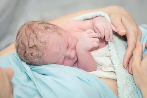 Pasgeboren baby in armen moeder