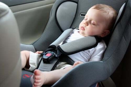 Een baby slaapt tijdens het lange afstand reizen