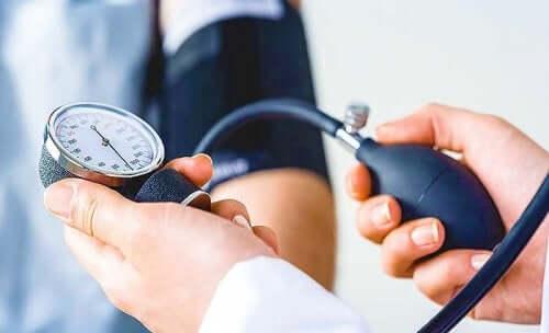 Arts is bloeddruk aan het meten