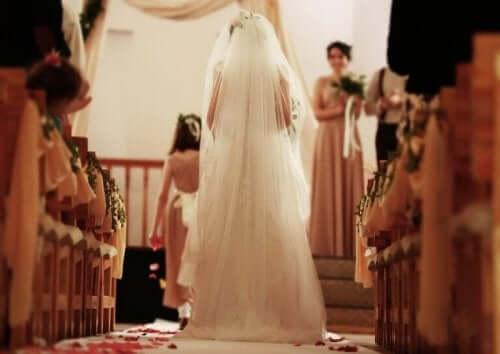 Bruid loopt naar het altaar