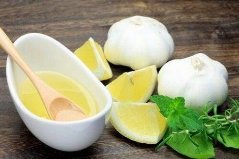 Knoflook en een kom citroensap