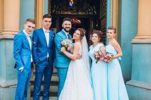 Een echtpaar met hun beste bruidsjonkers en bruidsmeisjes