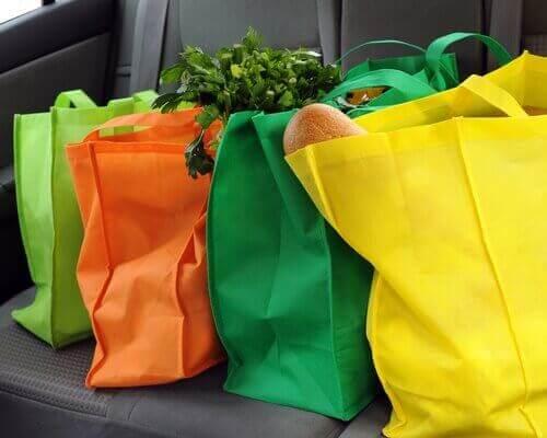 Verschillende kleuren boodschappentassen