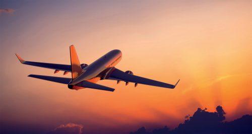 Vliegtuig bij een ondergaande zon