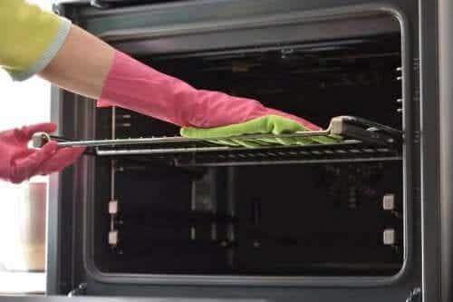 7 manieren om de bakplaten van de oven schoon te maken