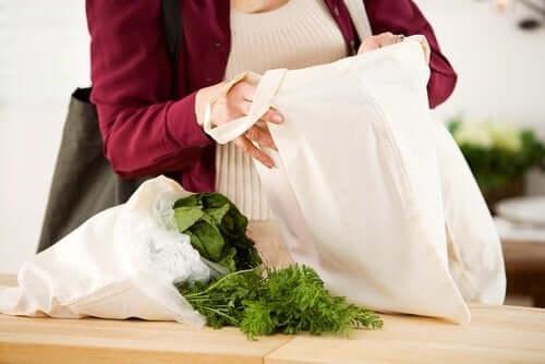 Vrouw met herbruikbare boodschappentassen