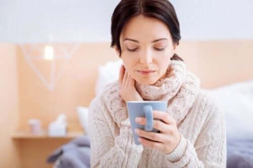 Vrouw met kopje thee