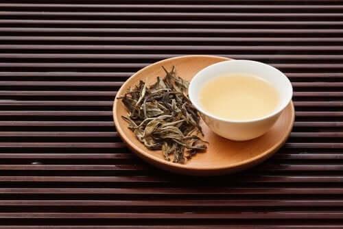 Witte thee in je ontbijt voor het beheersen van cholsterol