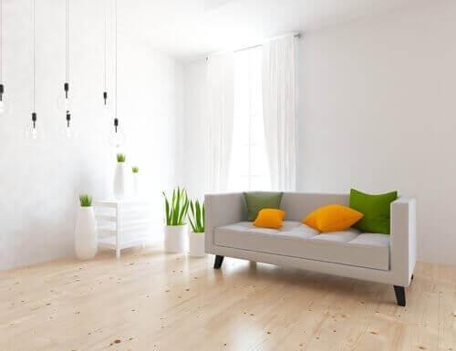 Witte woonkamer met felgekleurde kussens