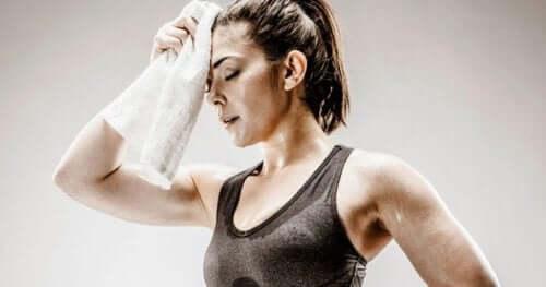 Een vrouw die zweet