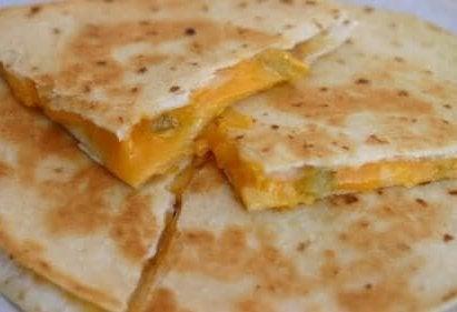Gegrilde quesadilla met kaas en mango
