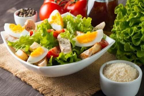Gemengde salade met sla ei tonijn en tomaten