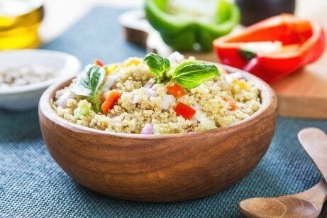 Gemengde salade van quinoa en kikkererwten