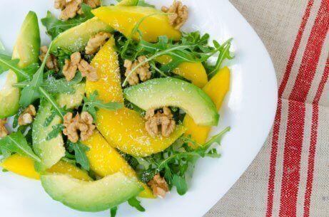 Gemengde salades met mango en ander fruit