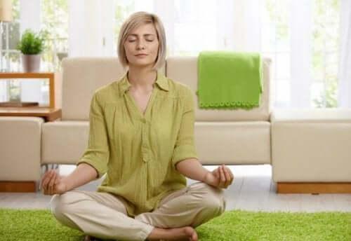 Een vrouw zit in een meditatiepose
