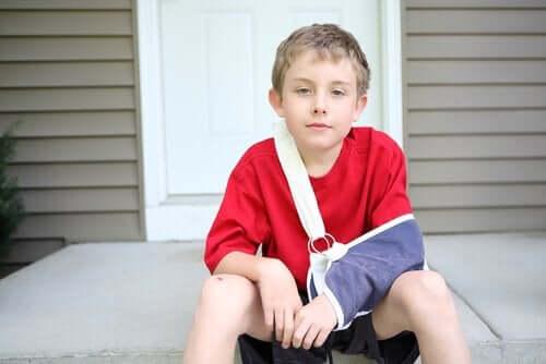 Jongetje met een gebroken arm in een mitella