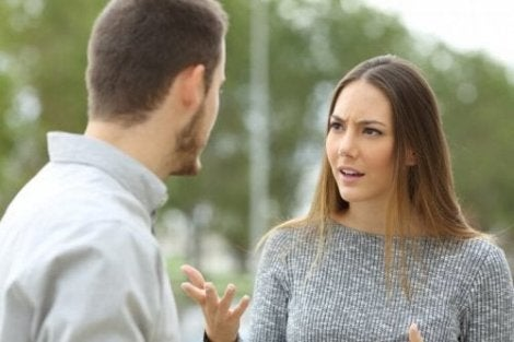 Een man en een vrouw hebben een discussie