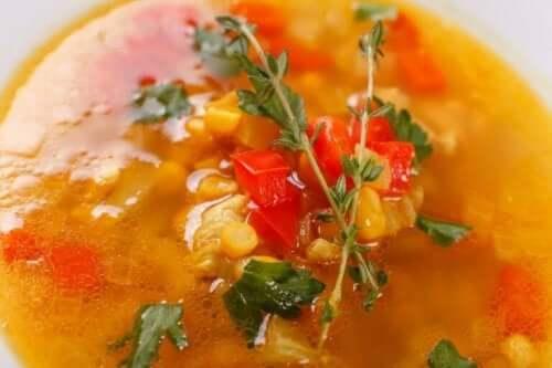 Een bord groentesoep