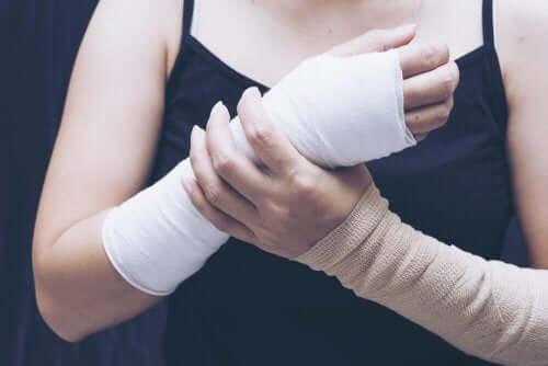 Een vrouw met een gebroken pols