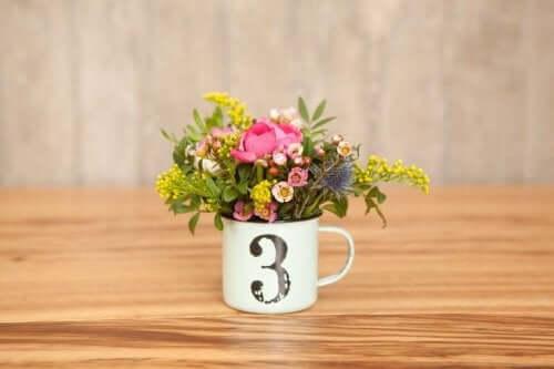 Bloemen in een beker