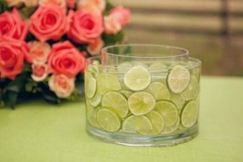 Tafelstuk van een vaas met citroenen