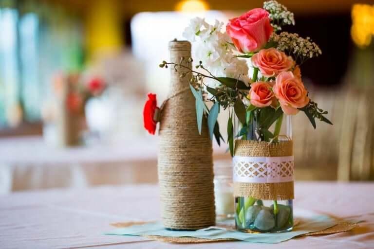 Flessen met bloemen