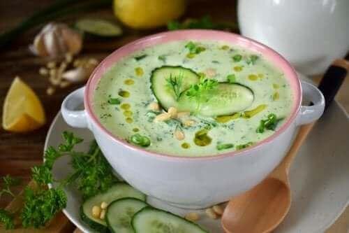 Komkommer-avocadosoep met weinig calorieën