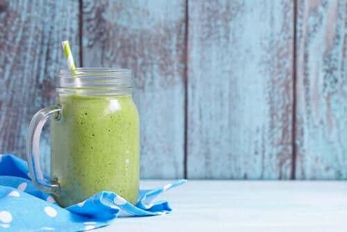 Groene shake in een glas met een rietje