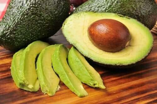 Een halve avocado met pit