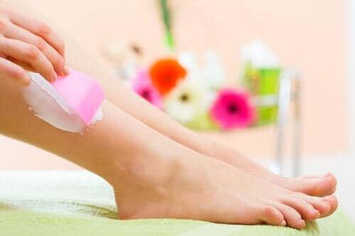 Ontharingscrème op de onderbenen