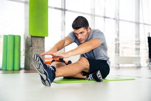 Een man is aan het trainen