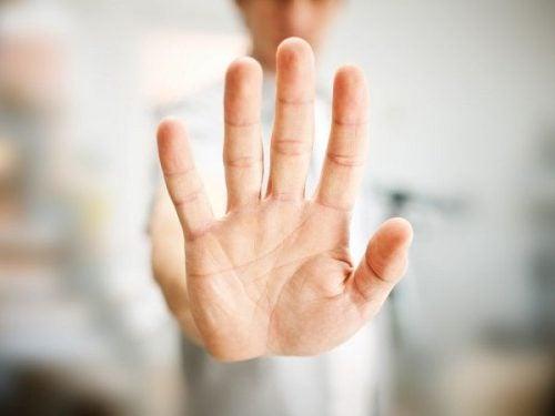 Een hand geeft een stopteken aan
