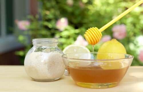 Honing en suiker om je huid te scrubben