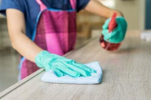 Het reinigen van een houten tafel met een ontvetter