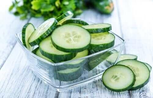 Plakjes komkommer in een schaaltje