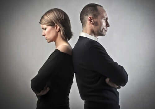 Man en vrouw staan met de rug naar elkaar toe