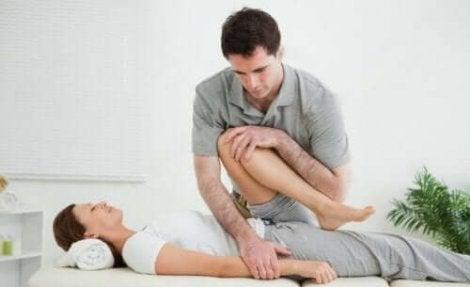 Een vrouw doet oefeningen bij een fysiotherapeut