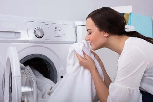 Hoe verwijder je een muffe geur uit je kleding?