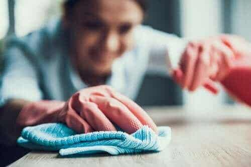 Een ontvetter gebruiken om vlekken te verwijderen