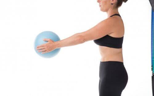 Een vrouw met een pilatesbal