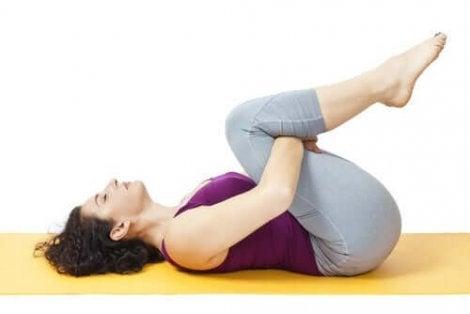 Een vrouw doet oefeningen om haar rug te versterken