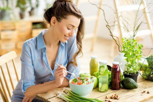 Een vrouw eet een salade
