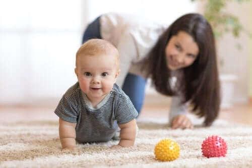 Tips om je baby aan te moedigen om te gaan kruipen