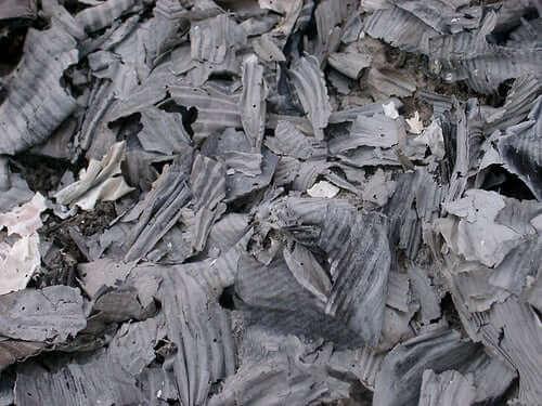 Delen verbrand papier en karton