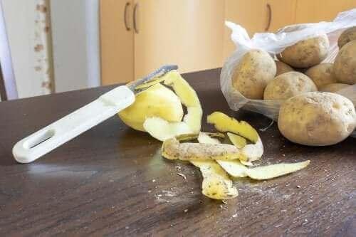 Schoonmaakmiddel met aardappelschillen