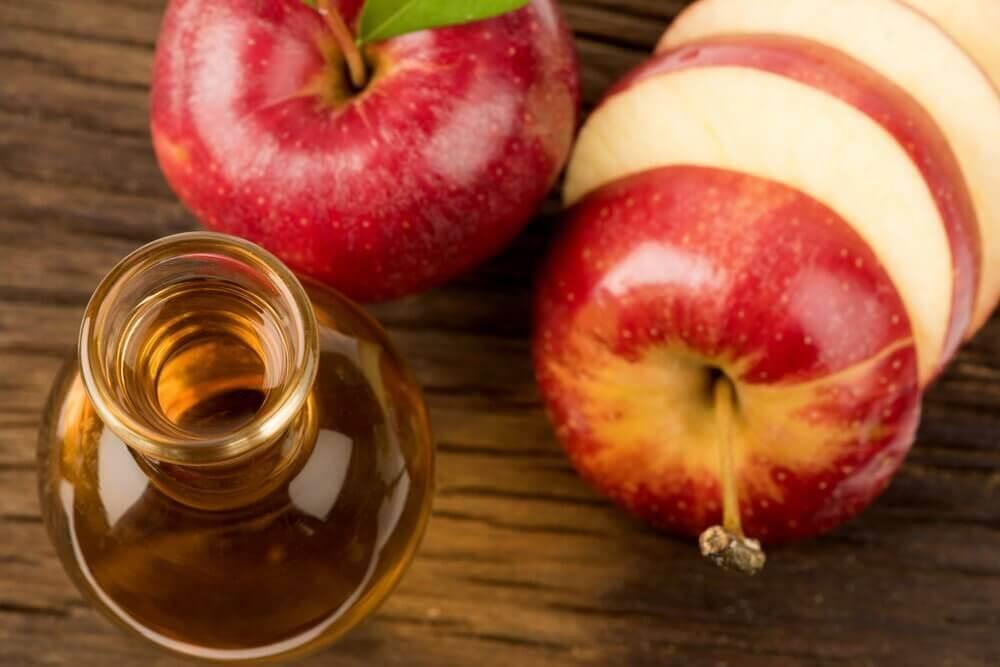 Appels en een flesje azijn