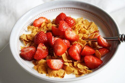 Bordje cornflakes met aardbeien