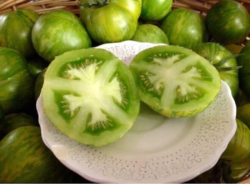 Wit bord met groene tomaat
