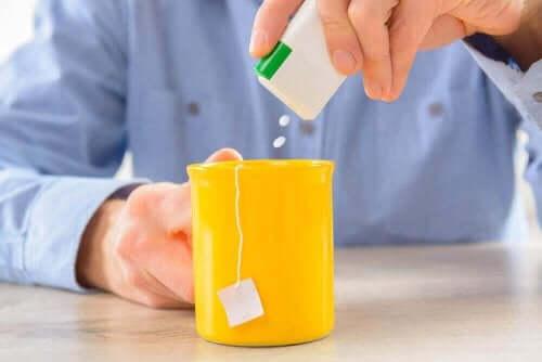 Man doet kunstmatige zoetstoffen in zijn thee