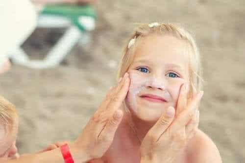De huidverzorging van kinderen in de zomer